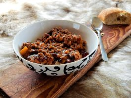 Photo of chili con carne and bread